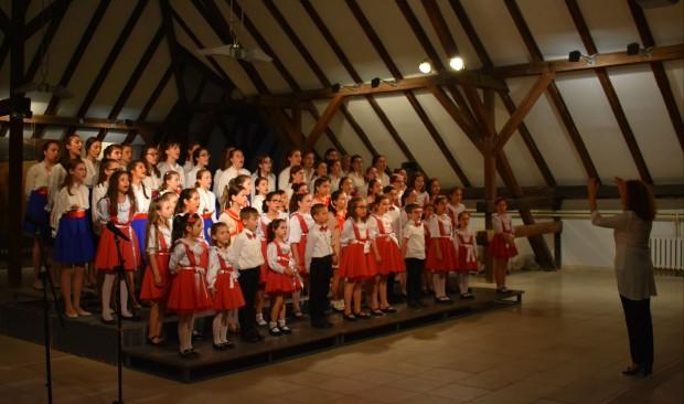 С емоционален концерт детски хор