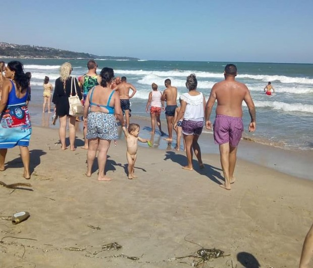 Издирват дете, погълнато от бурното море на централния плаж във Варна