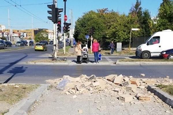Майка с бебе се размина на косъм от голяма трагедия на пешеходна пътека във Варна