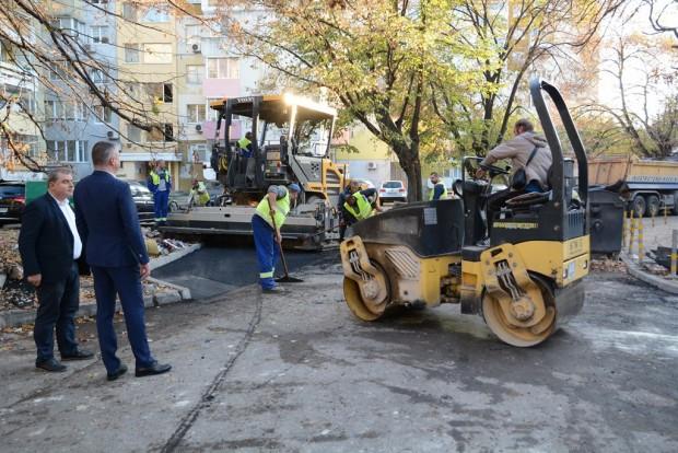 Преасфалтиране на пътното платно и изграждане на нови тротоари се