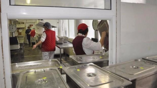 Снимка: Според родители храната в училищния стол вкарала децата в болница