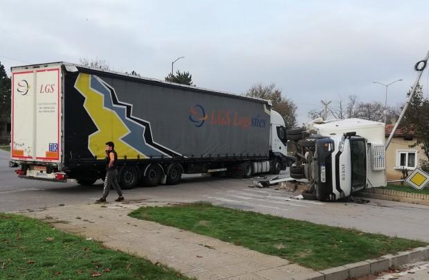 Снимка: Украински ТИР се вряза във варненски камион