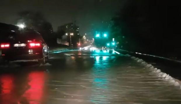 Снимка: Авария потопи под вода натоварен булевард във Варна