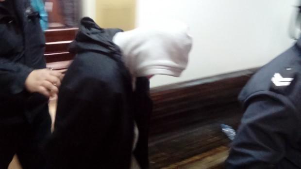 Братя от Девня обраха с брутална агресия самотна старица, извикаха и клошар на помощ